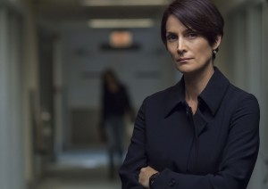 Carrie-Anne Moss alias Jeryn Hogarth