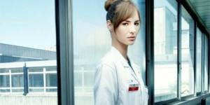 Louise Bourgoin : « J'ai l'impression qu'on m'a espionnée. » – Interview pour Hippocrate