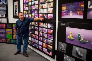Le chef décorateur Ralph Eggleston devant son color script.